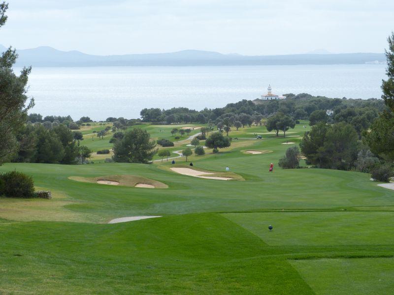 Mallorca: Golfplatz Alcanada mit Blick aufs Meer und den Leuchtturm